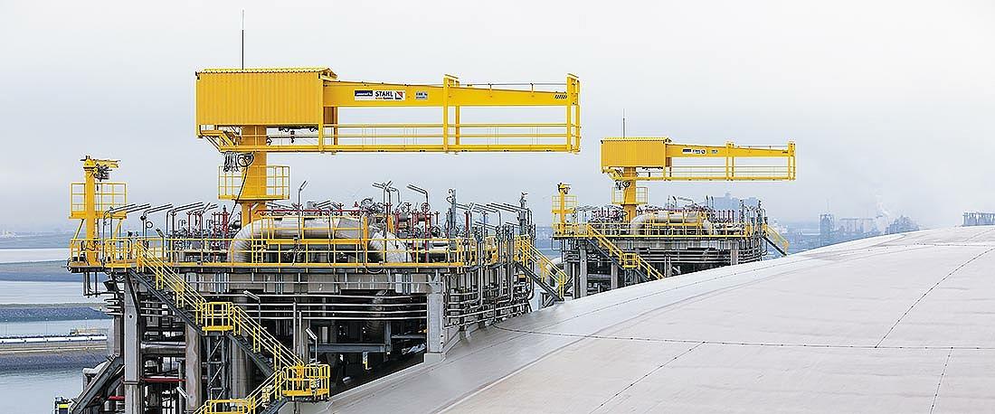 Schwenkkran, ausgestattet mit Seilzügen SH 30 Ex, auf einem LNG Tank.