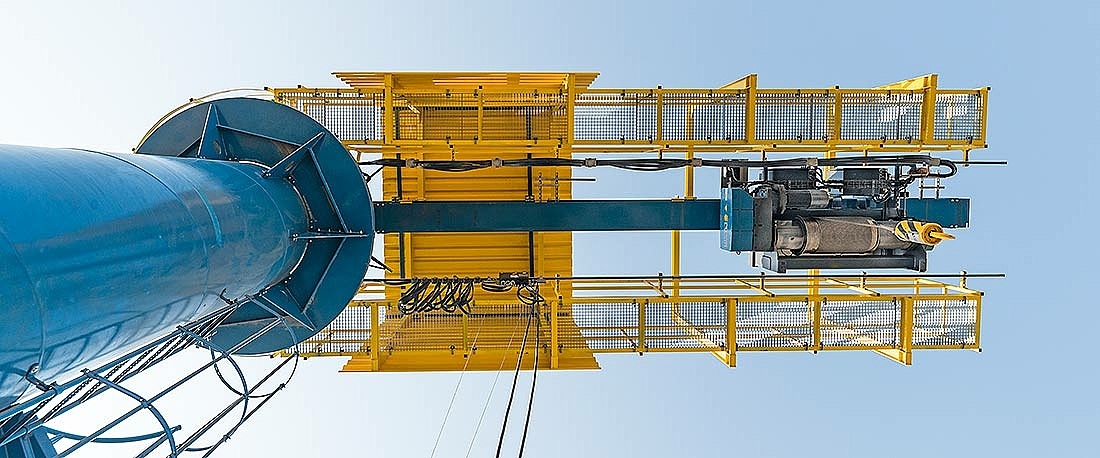 Grua giratória com diferencial de cabo SH para GNL – vista de baixo.