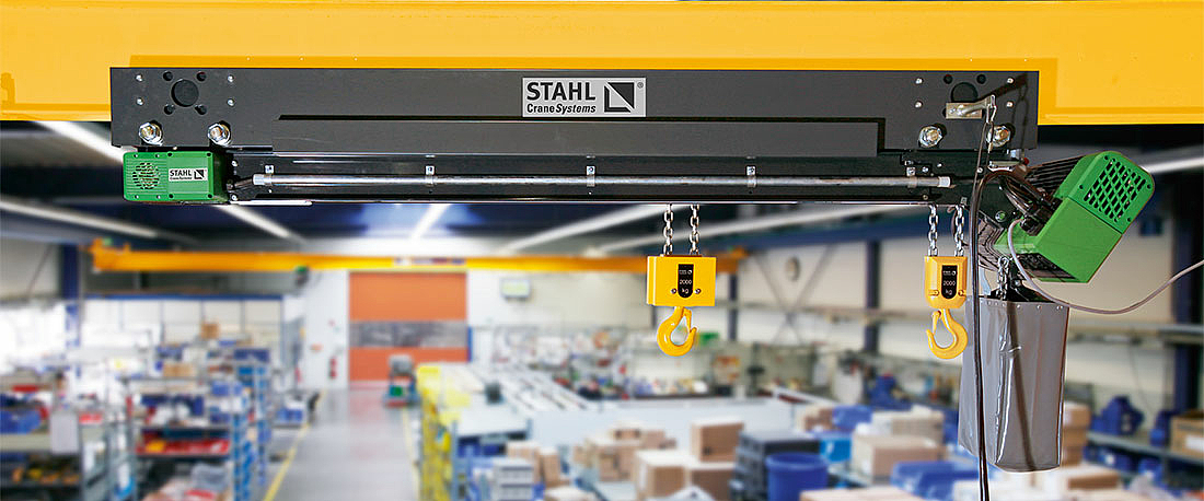 Loads of different lengths can be lifted without problem with the help of the electrically adjustable hook spacing of the STD Vario dual chain hoist.