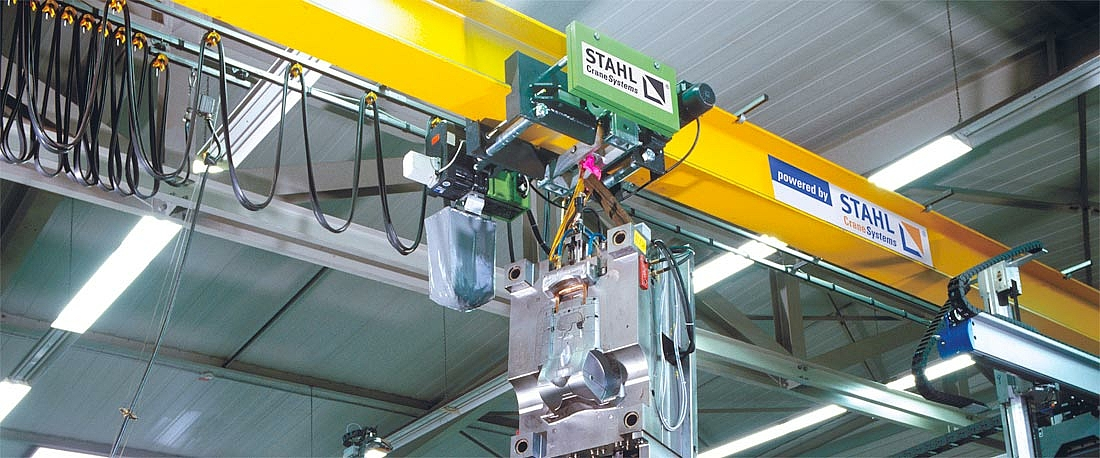 Two separate chains running in sync act on a hook block, thereby making it possible to lift the load without swinging or vibration.