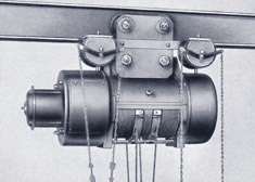 The ground-breaking innovation, the type SS electric wire rope hoist, is developed in 1922. High lifting heights and high speeds can now also be reached.