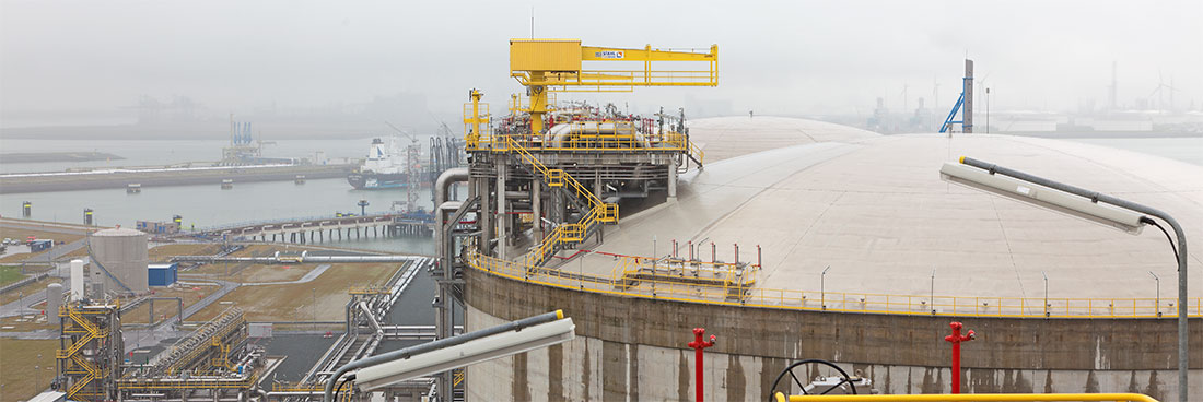 A maintenance crane is installed on every LNG tank to lift the liquid gas pump out of the tank for maintenance work.