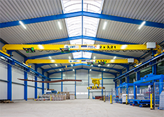 Tandem crane with two crane bridges, four wire rope hoists and pallet gripper