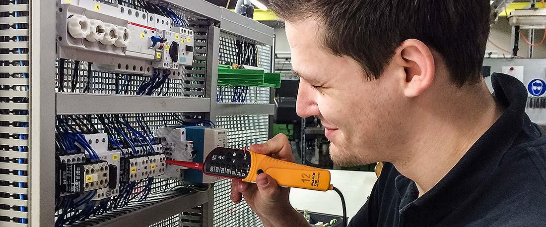 Student beim praktischen Arbeit am Schaltschrank im STAHL CraneSystems Werk in Künzelsau