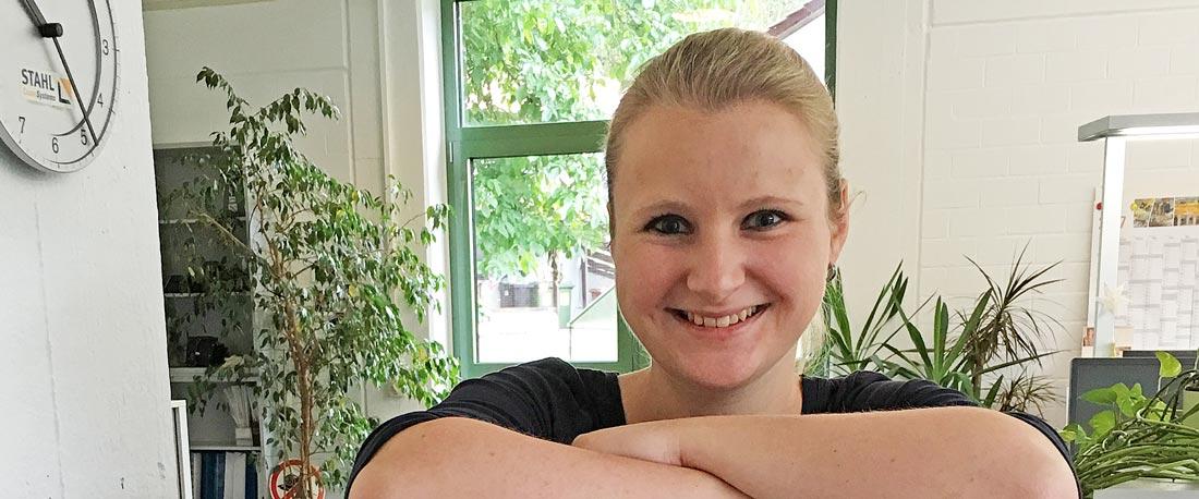 Lisa Rau an ihrem Arbeitsplatz bei STAHL CraneSystems in Künzelsau