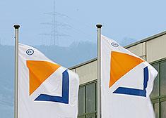 STAHL CraneSystems – banderas ondeando delante de la sede de la empresa en Künzelsau