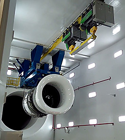 Frequency-controlled SHF 60 wire rope hoists from STAHL CraneSystems place the engines in the testing room's holding frame.